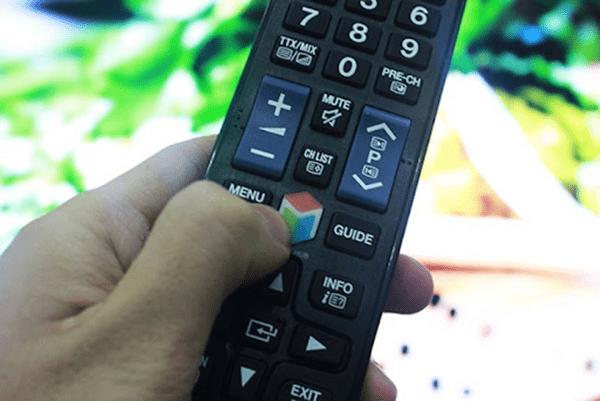 Nhấn nút SMART HUB trên điều khiển tivi mở kho ứng dụng